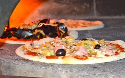 Pizze fantasiose e panare con impasto a lunga lievitazione.